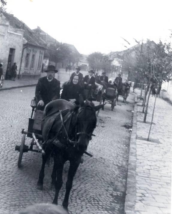 Ez az elso fiakeros bácsi az én volt nagybácsim Landesz István -Fukszi lovával.... pinke