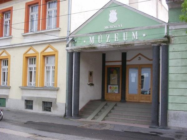 Melyik történelmi alakról neveztek el múzeumot Dél-Komáromban?