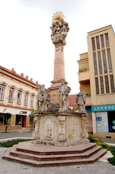 Mely katasztrófának állít emléket a városközpontban található Szentháromság-szobor?