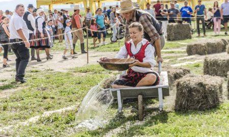 Szia Komárom - Kakas szépségverseny, traktorparádé, ügyességi játékok: Ilyen egy olimpia, ha paraszt