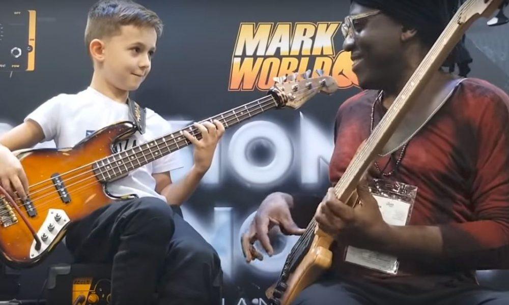 Szia Komárom - VIDEÓ: A 8 éves Hodek Áron világhírű basszusgitárossal jammelt Amerikában