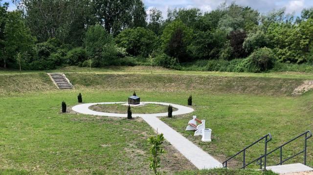 Szia Komárom - Hamarosan átadják a 6 millió forintból megújított hősi temetőt