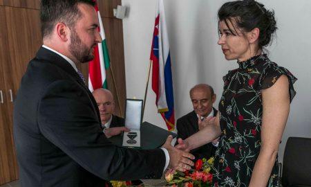 Szia Komárom - Magyar Ezüst Érdemkeresztet kapott Holocsy Krisztina, a Komáromi Jókai Színház színésznője