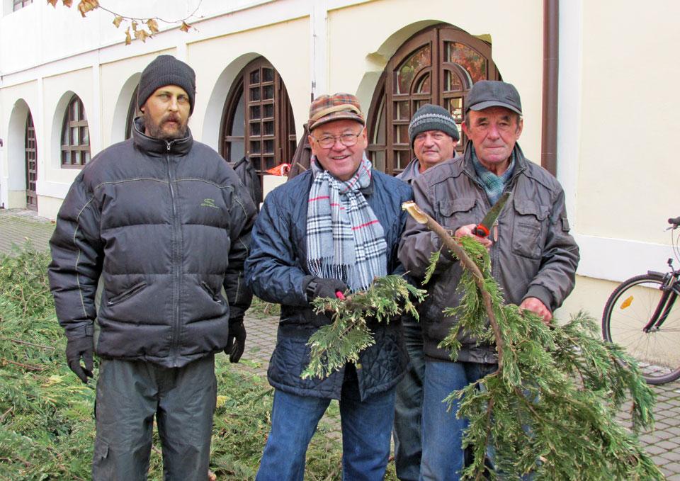 Az Edit virágbolt mögött pedig a nyugdíjas klub tagjai, illetve egy szociális munkás készíti elő a gallyakat