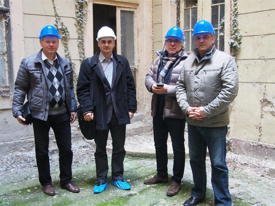 Bura Viktor, Dr. Virágh Zsolt (fehér sisakban), Csémy Olivér és Knirs Imre a volt Poliklinika épületében.