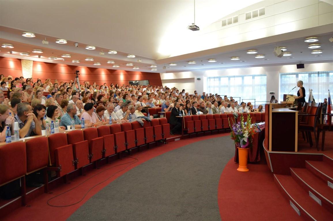 250 kárpát-medencei pedagógus Komáromban. Fotó: SZMPSZ