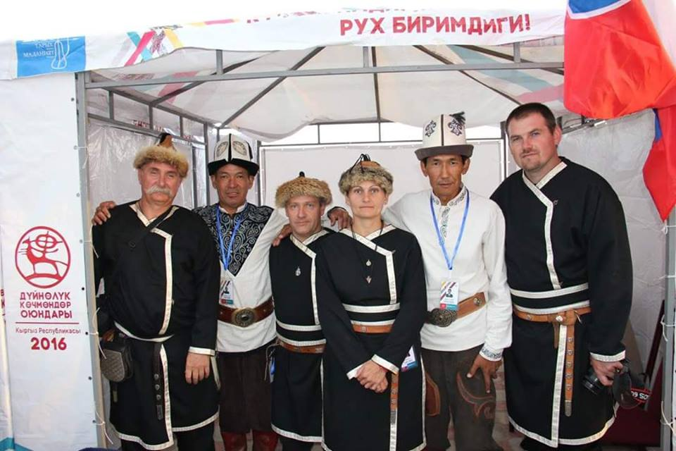 Bogár Valéria (középen) és Péter (bal szélén)