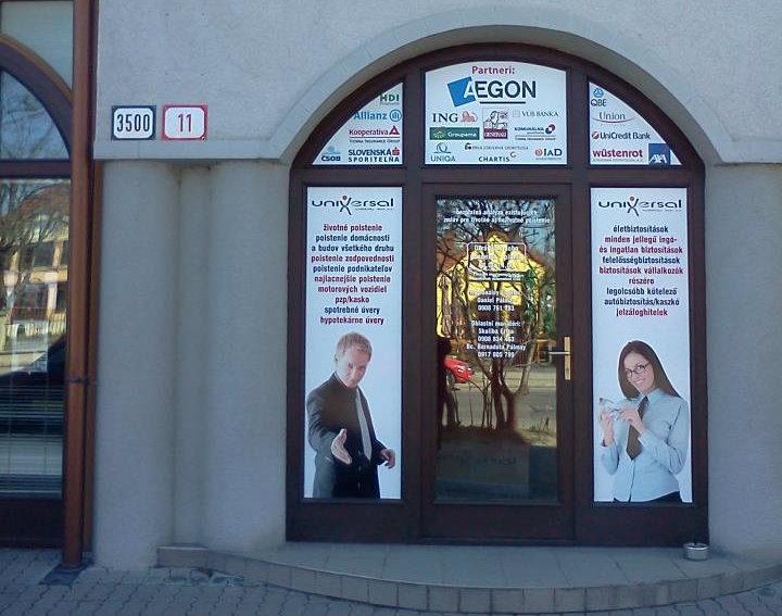 A komáromi székhely bejárata a Petőfi utca 11. szám alatt
