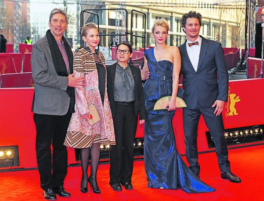 Borbély Alexanadra (jobbról a második) és a stáb tagjai a Berlinale vörös szőnyegén.